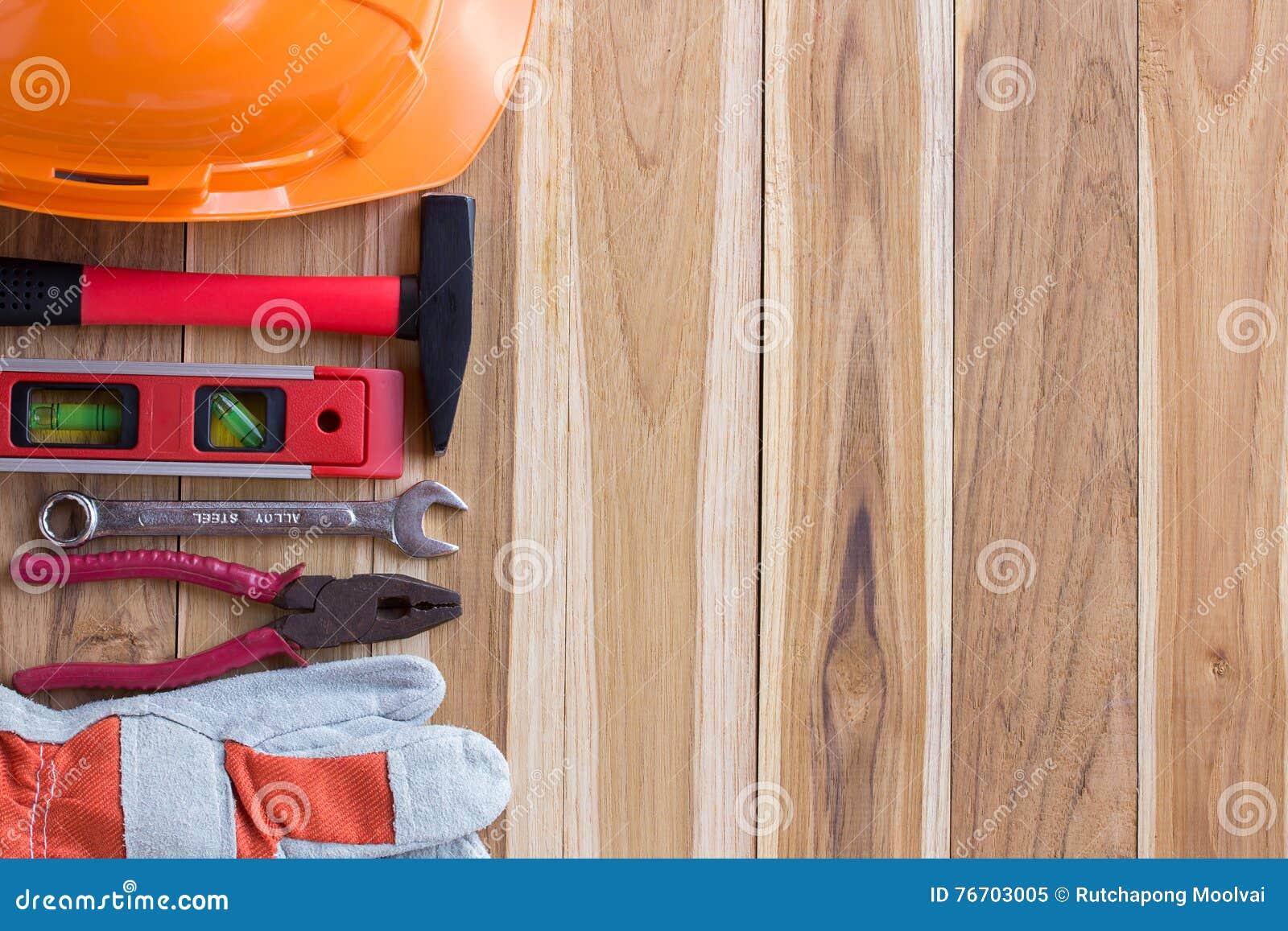 Schutzausrüstung und Tool-Kit auf hölzernem