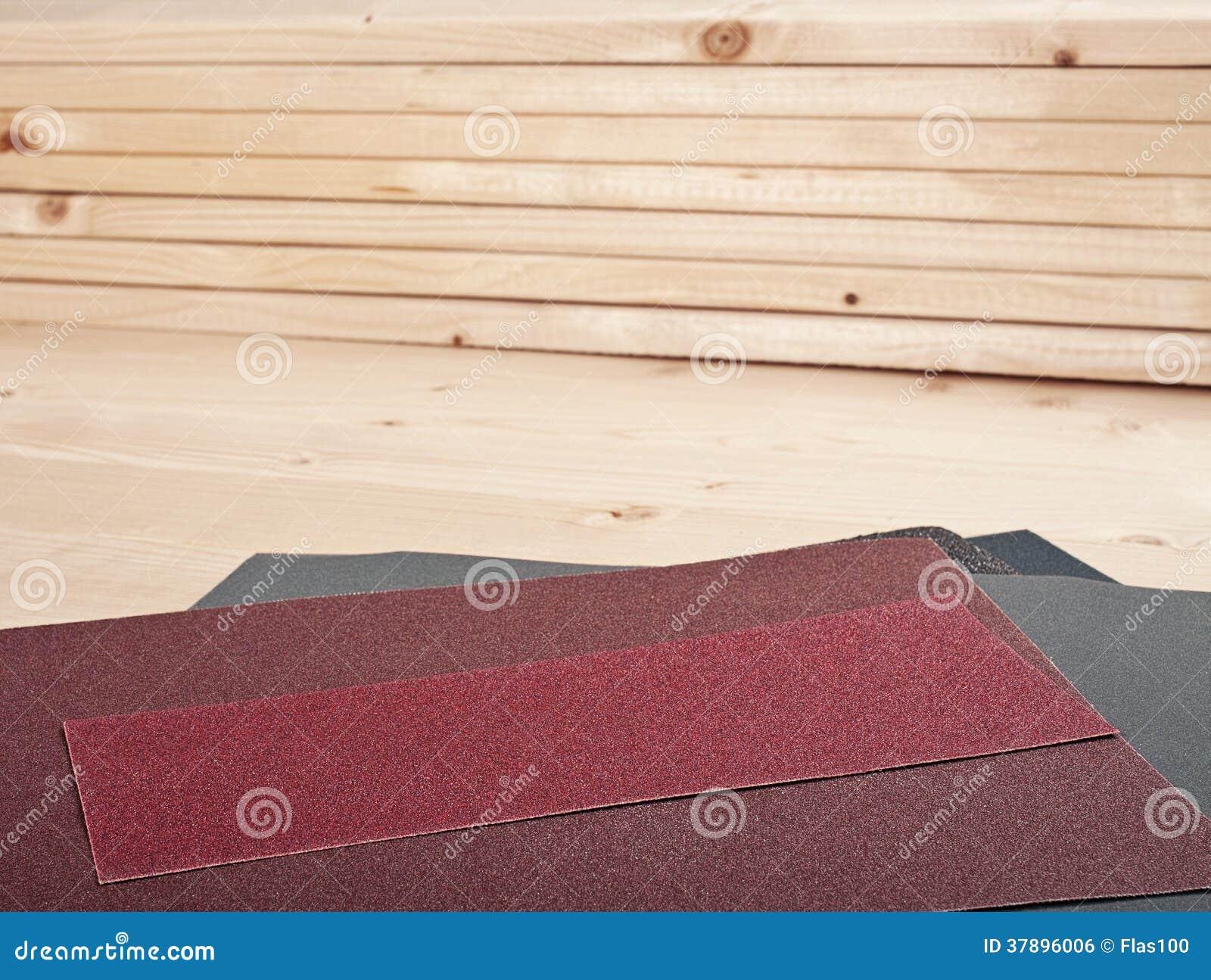 Schuurpapier op houten planken