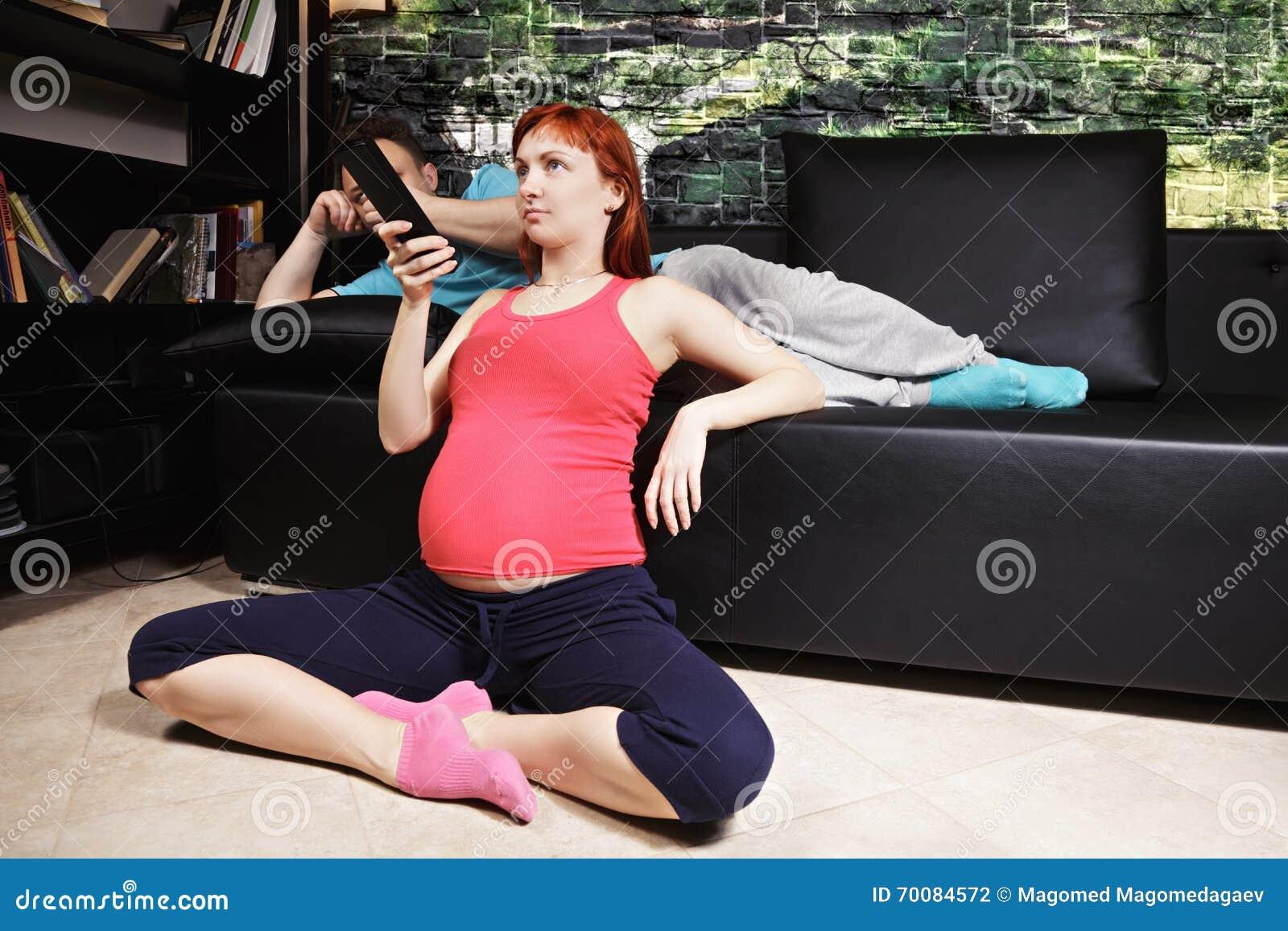 Schwangere Frau, die Fernsieht