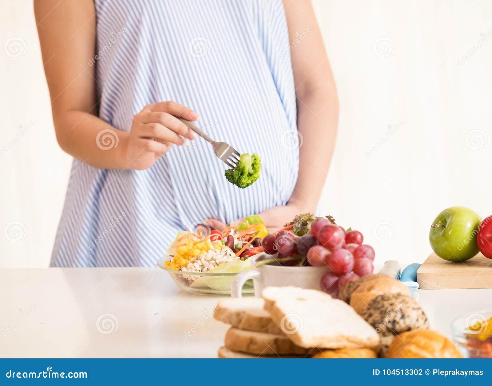 Schwangere Frau, die gesunden frischen Salat, gesundes Nahrung duri isst