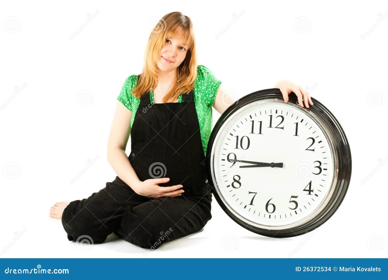 Schwangere Frau mit einer Borduhr