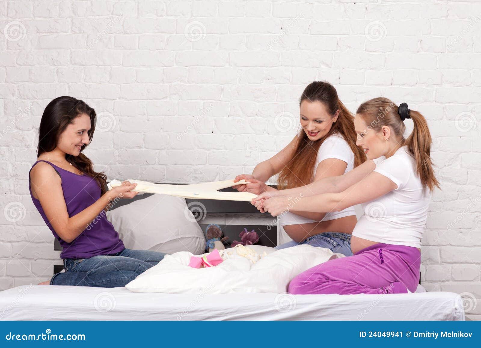 Schwangere Freundin drei stockbild. Bild von mutter