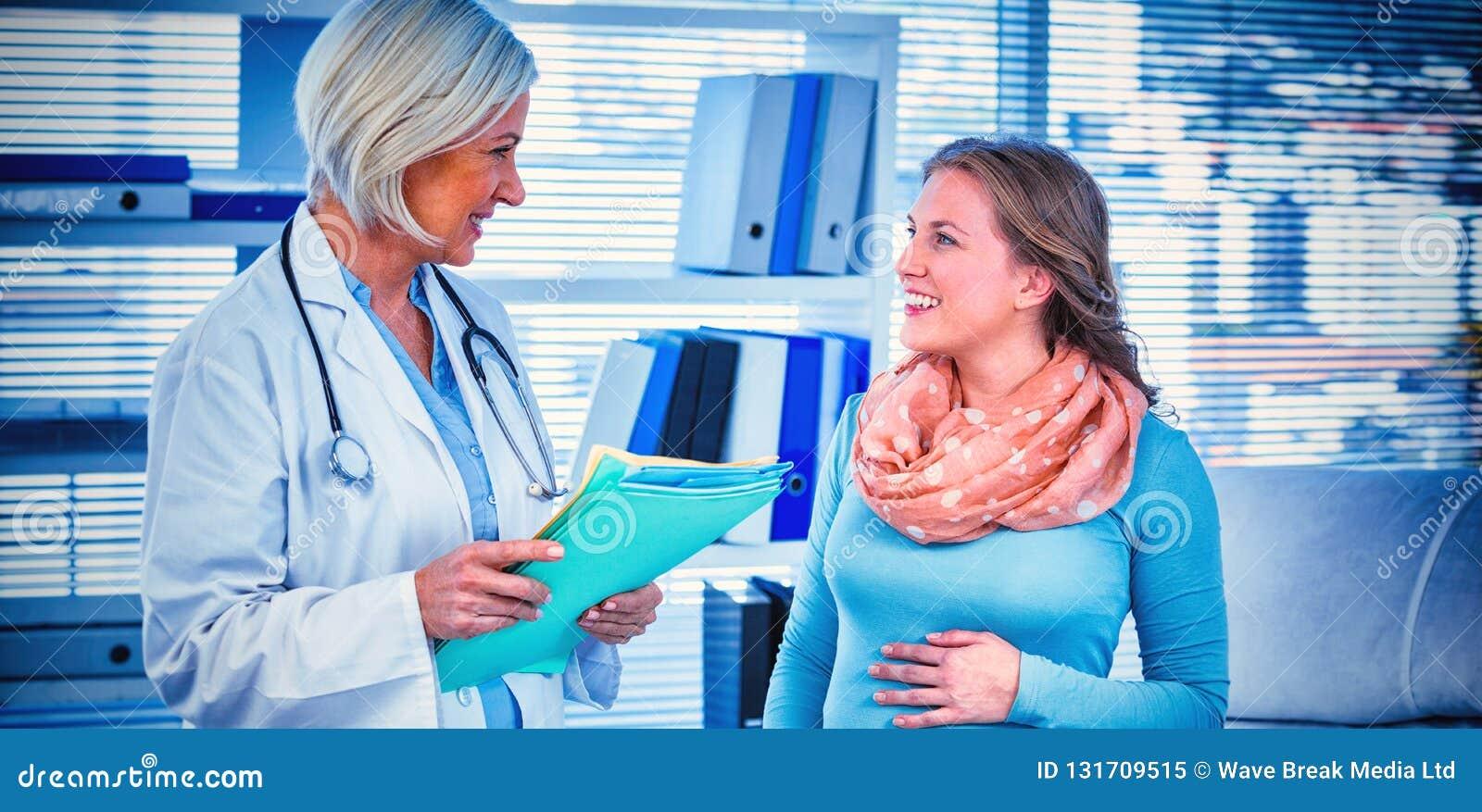 Schwangerer Patient, der einen Doktor konsultiert