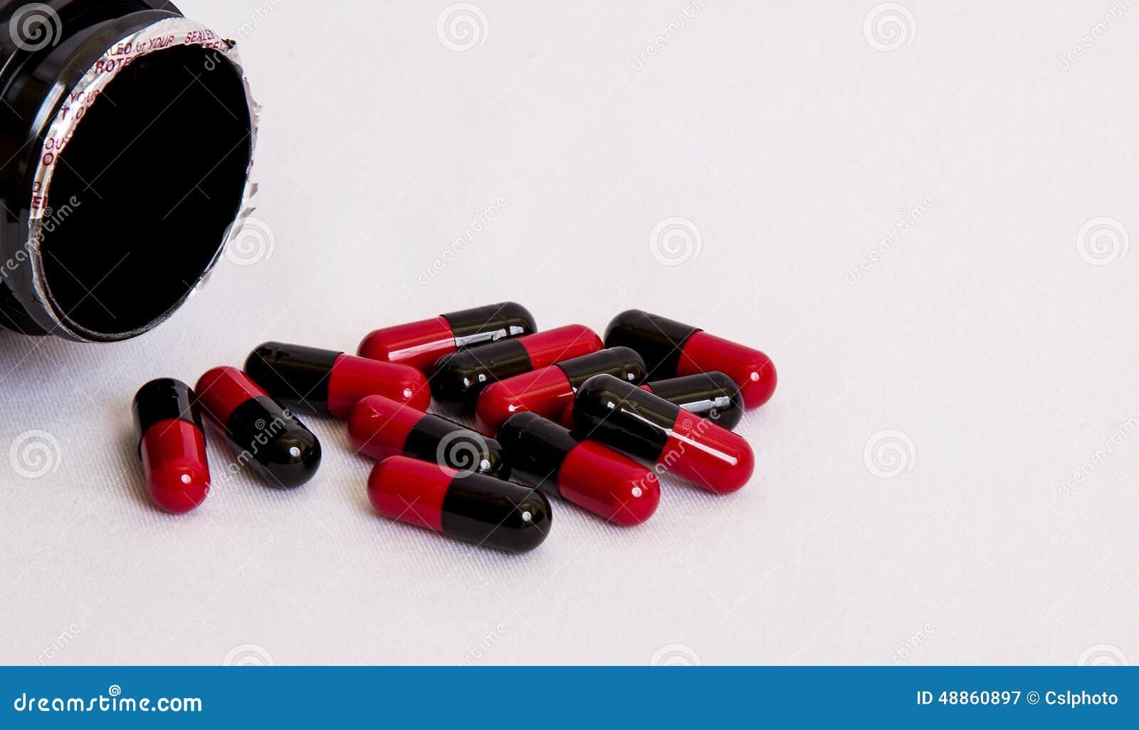 schwarz rot medikament pillenwurf vom kasten auf wei em hintergrund stockfoto bild 48860897. Black Bedroom Furniture Sets. Home Design Ideas