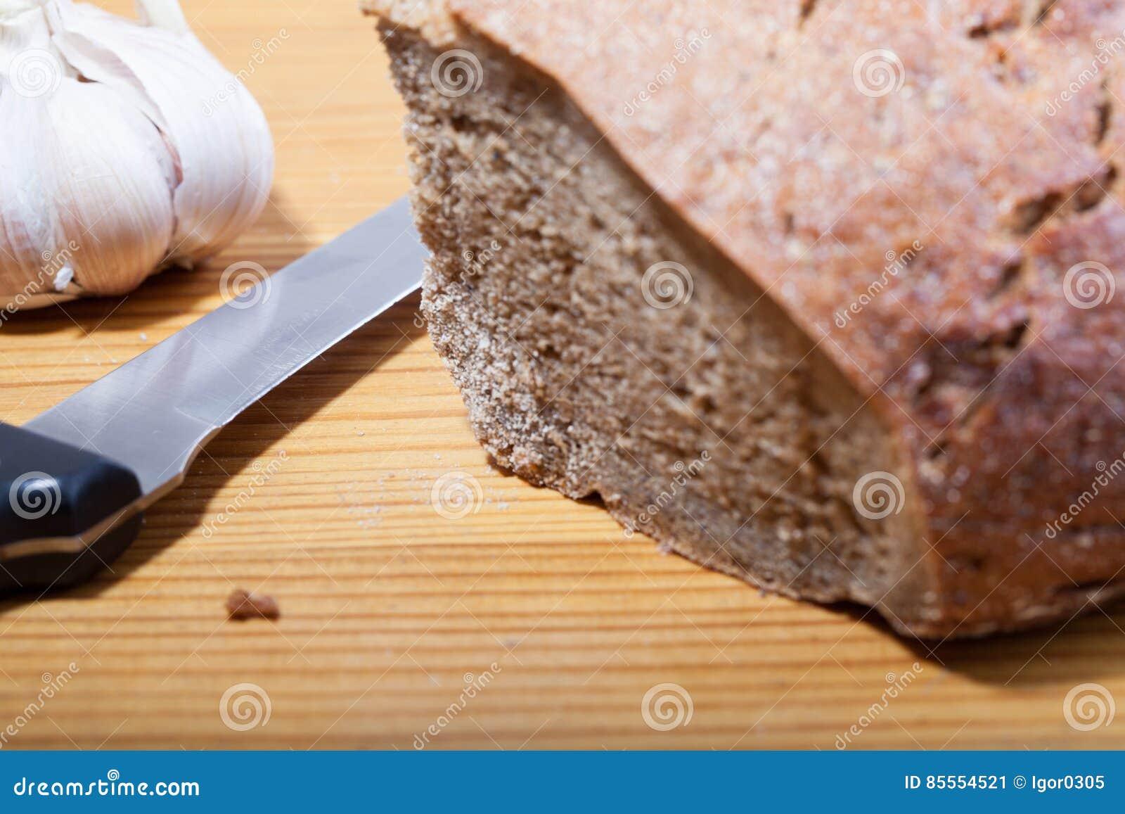 Schwarzbrot und Messer