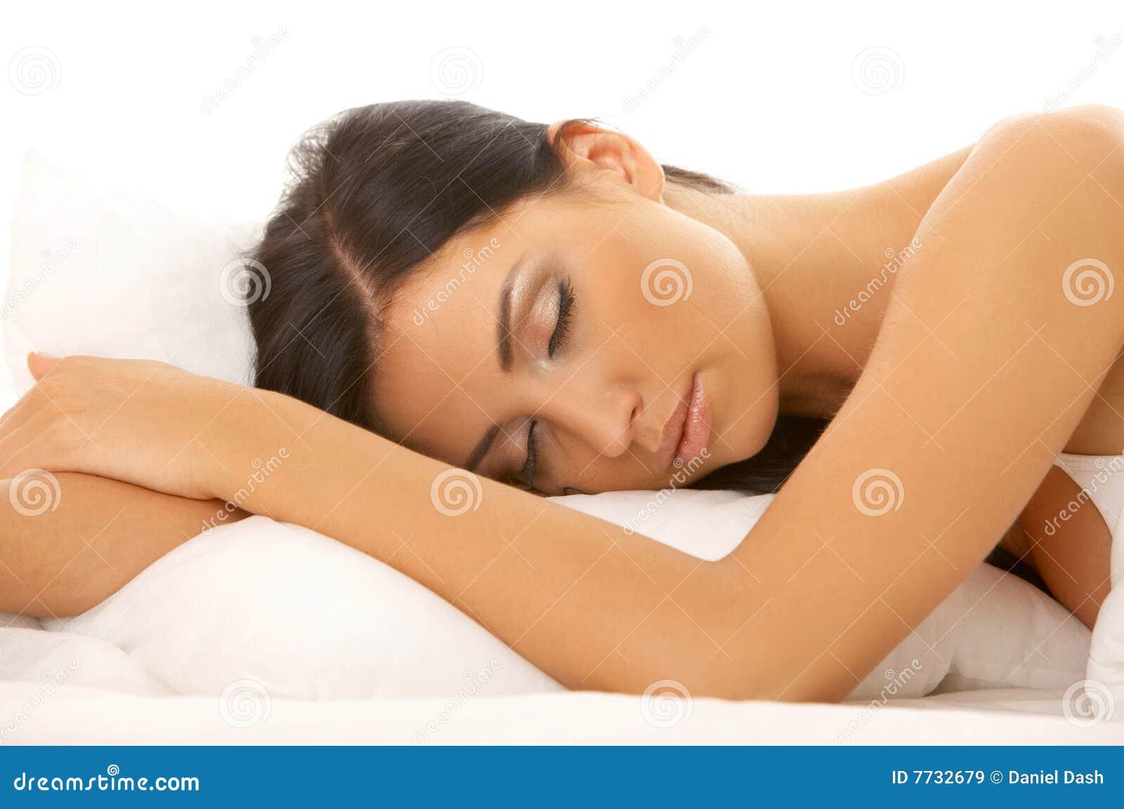 Schwarze behaarte Schönheit im Bett