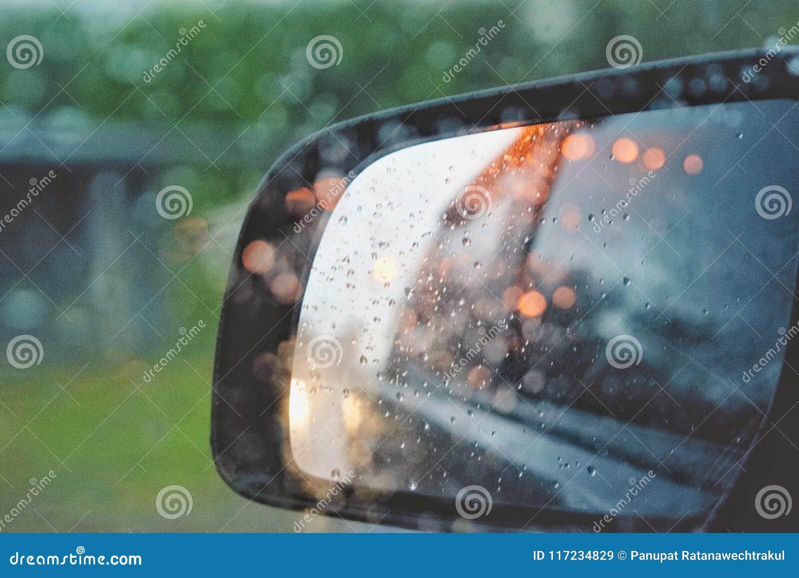 Schwarze Farbe des Rückspiegels mit Licht von Autos