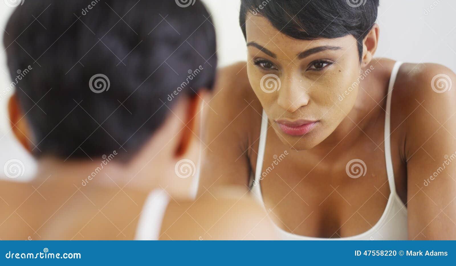 Schwarze Frau spritzt