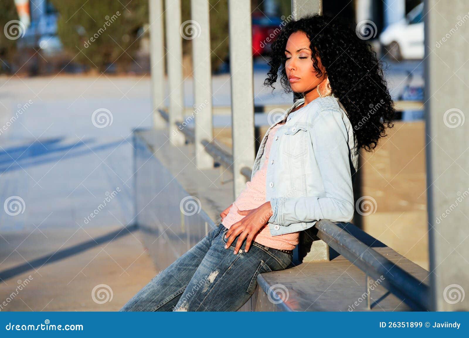 Schwarze Frau im städtischen Hintergrund