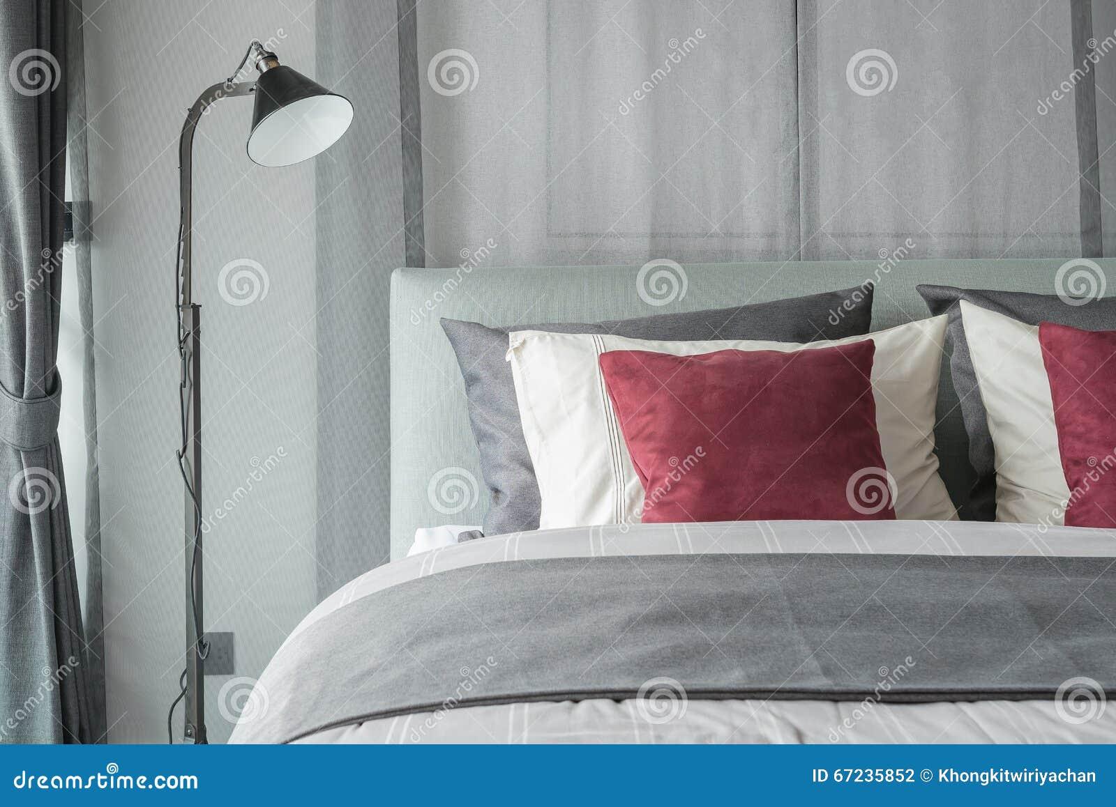Schwarze Lampe im modernen Schlafzimmerdesign