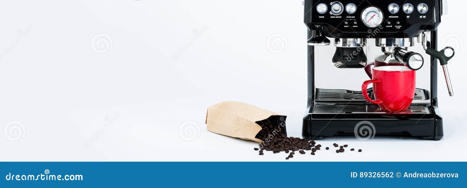 ad358e52e88dc Fahne mit lokalisierter schwarzer manueller Kaffeemaschine mit Schleifer  und roter Kaffeetasse und Tasche von frisch Röstkaffeebohnen auf weißem  Hintergrund ...