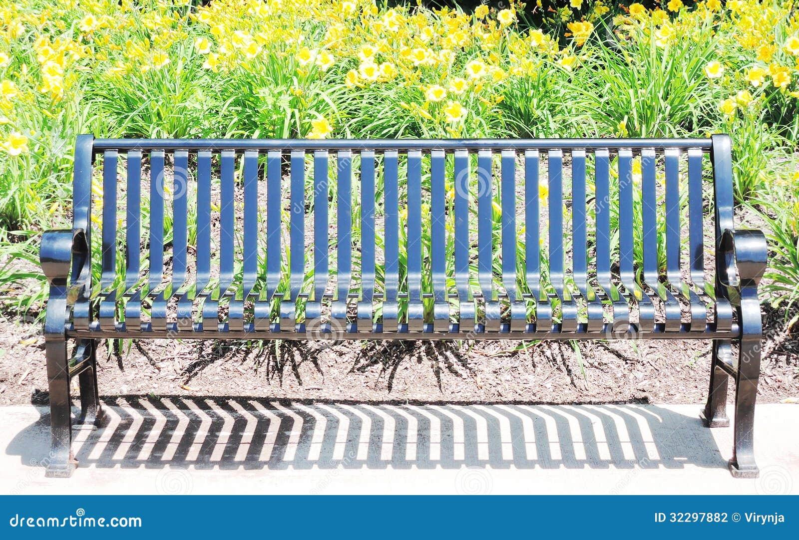 Schwarze Metallbank stockfoto. Bild von lieferung, asphalt - 32297882