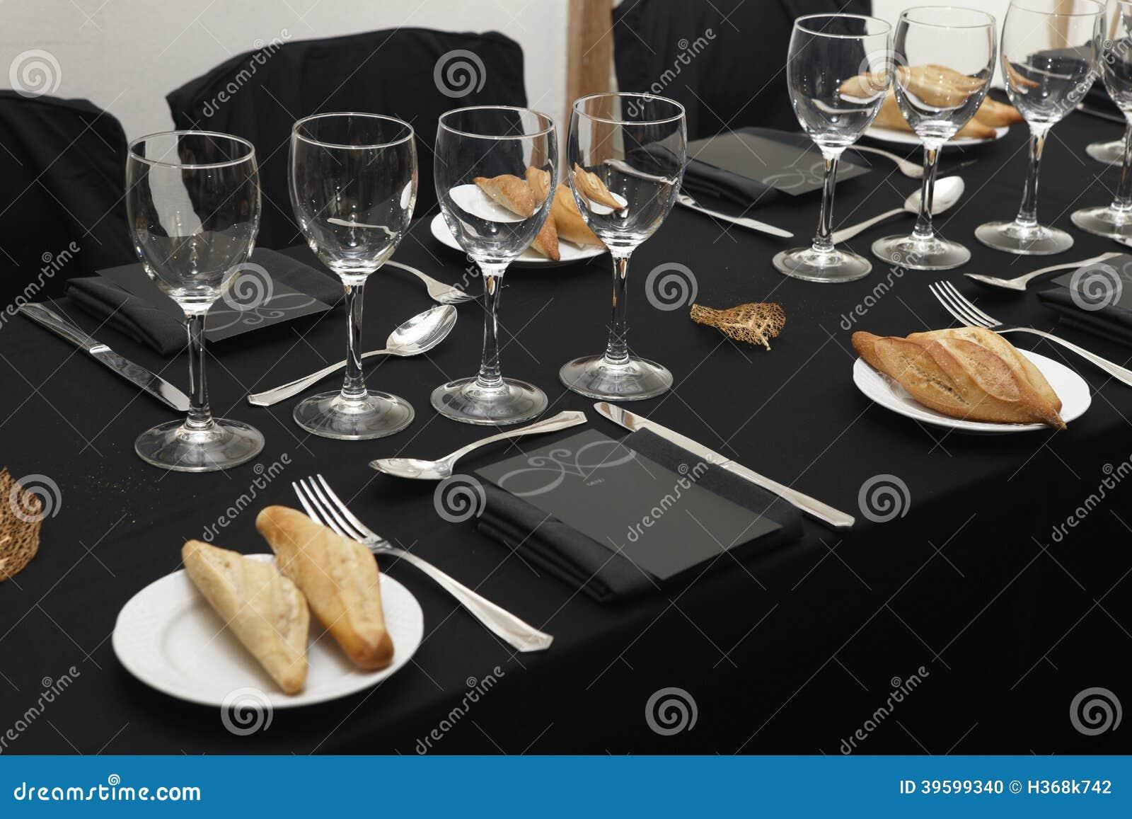 schwarze tischdecke mit gl sern und tellern stockfoto bild von tabelle schwarzes 39599340. Black Bedroom Furniture Sets. Home Design Ideas
