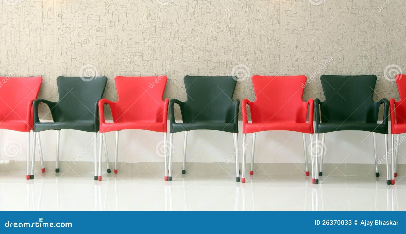 Schwarze und rote Stühle