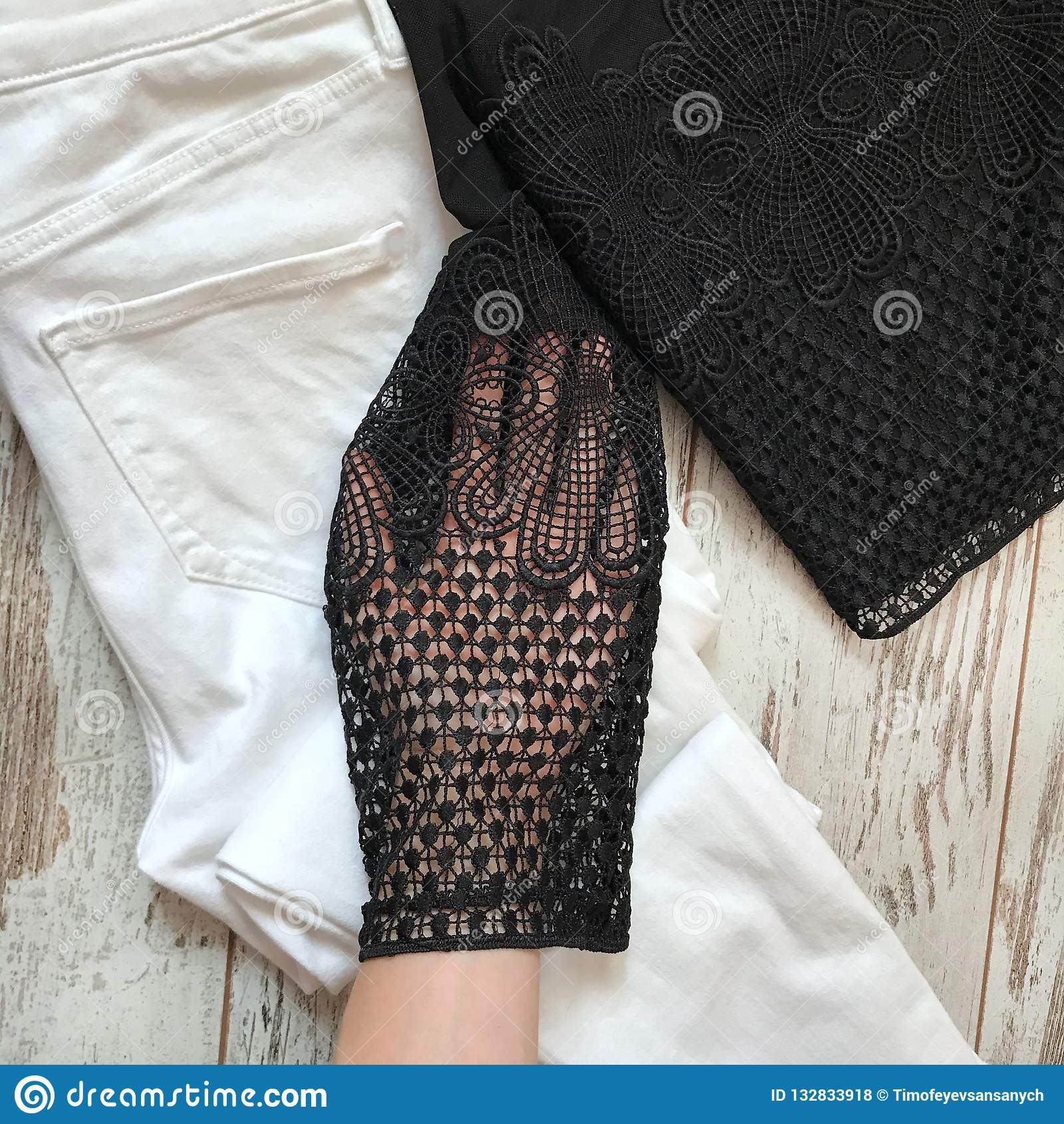 Schwarze weibliche Bluse auf einem hölzernen Hintergrund