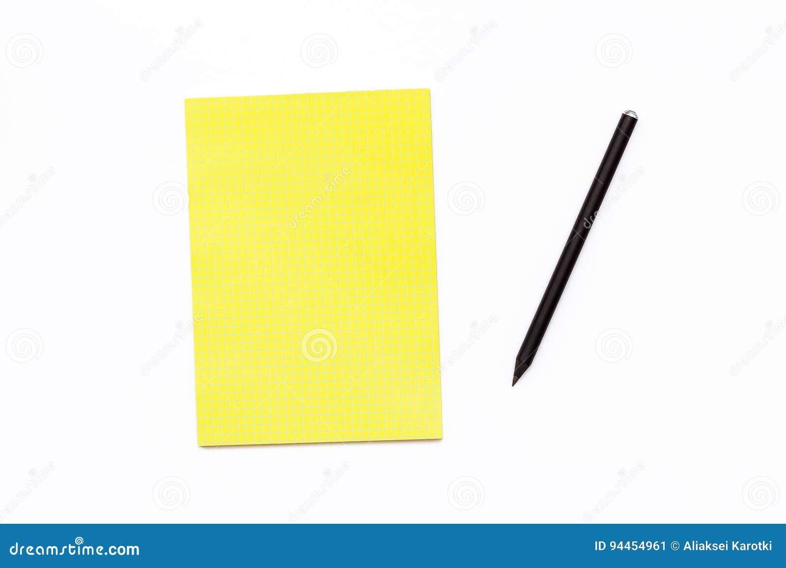 Schwarzer Bleistift und ein gelber Notizblock auf einem weißen Hintergrund Minimaler Geschäftskonzeptschreibtisch