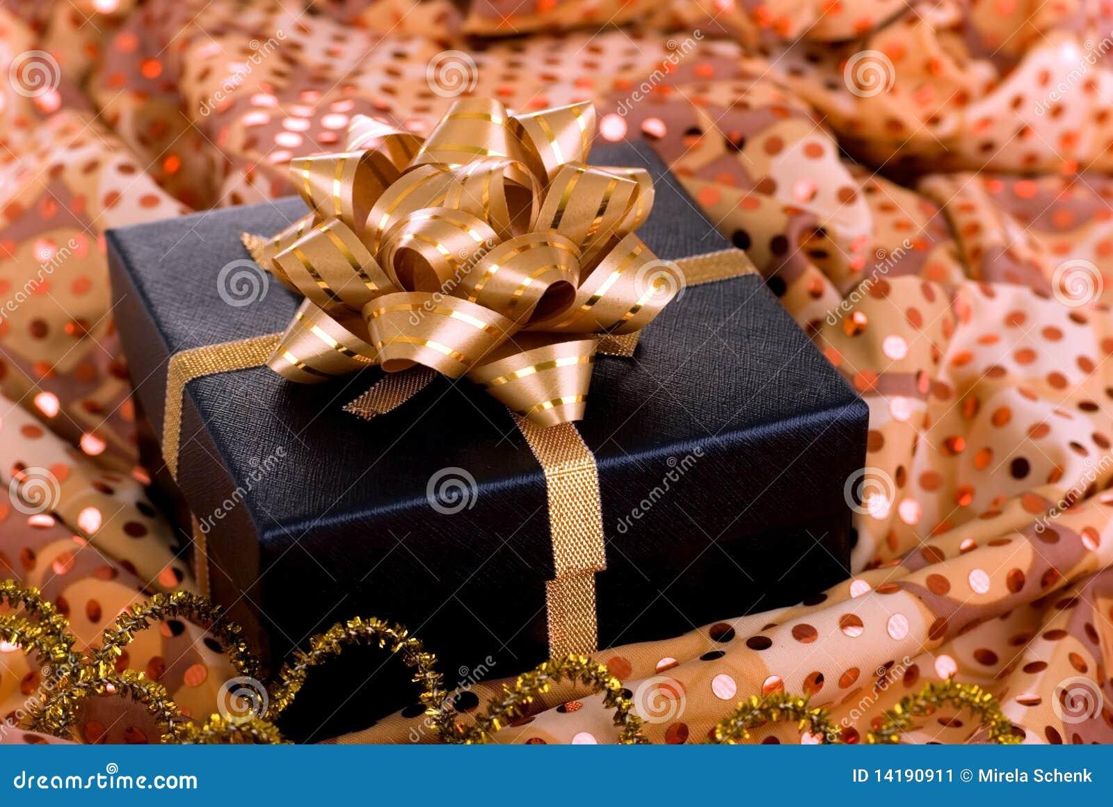 Schwarzer Geschenkkasten mit Goldfarbband.