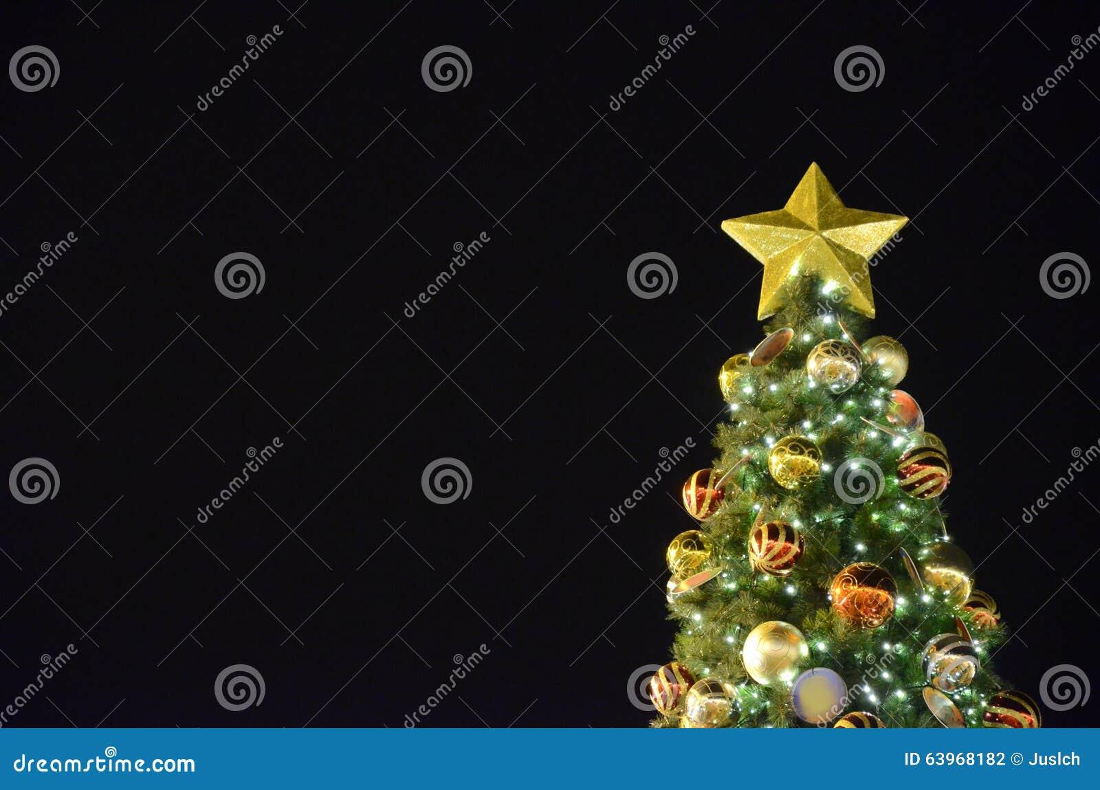 Schwarzer hintergrund mit weihnachtsbaum stockfoto bild von hintergrund beleuchtung 63968182 - Schwarzer weihnachtsbaum ...