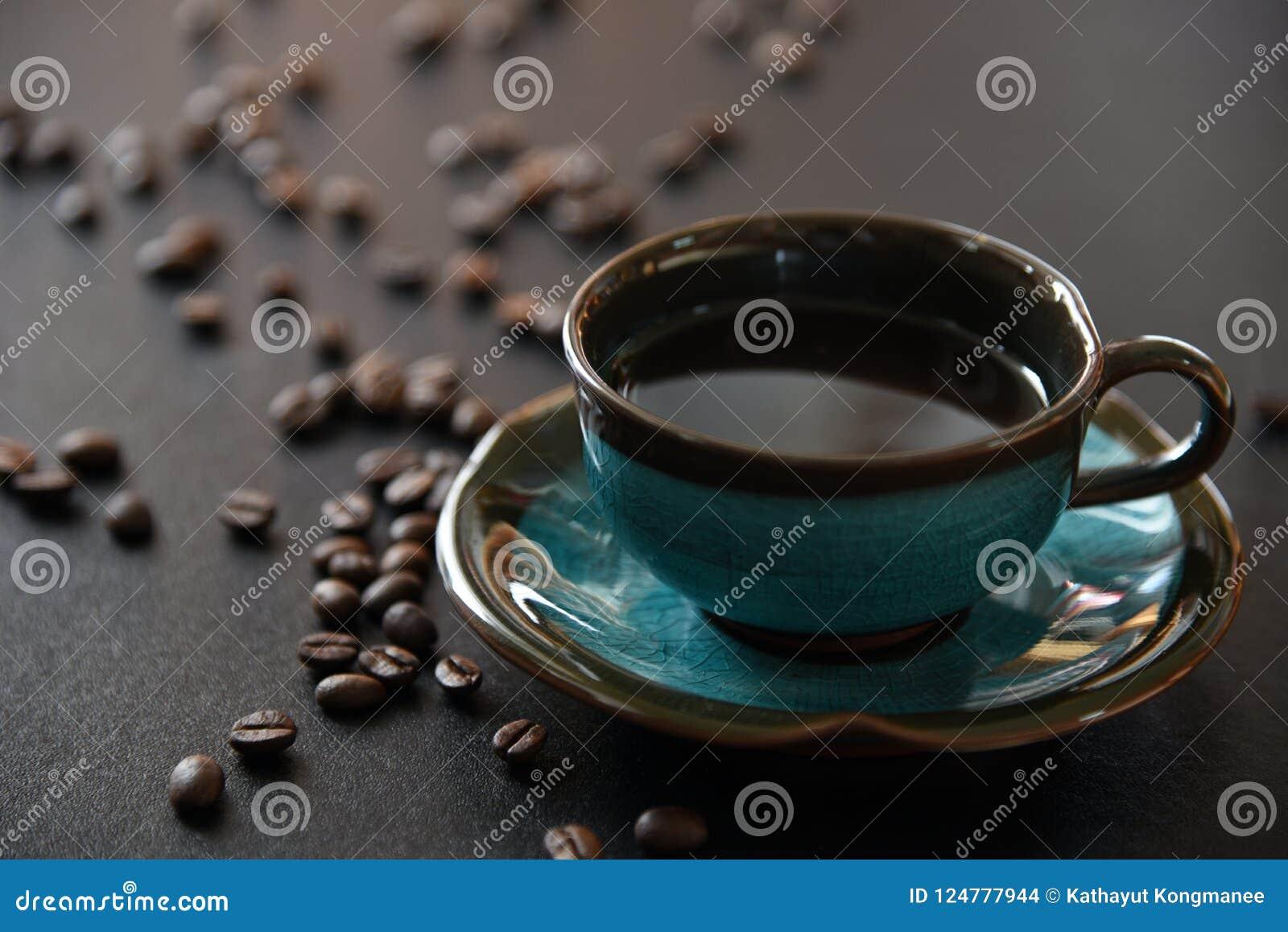 Schwarzer Kaffee und Kaffeebohne
