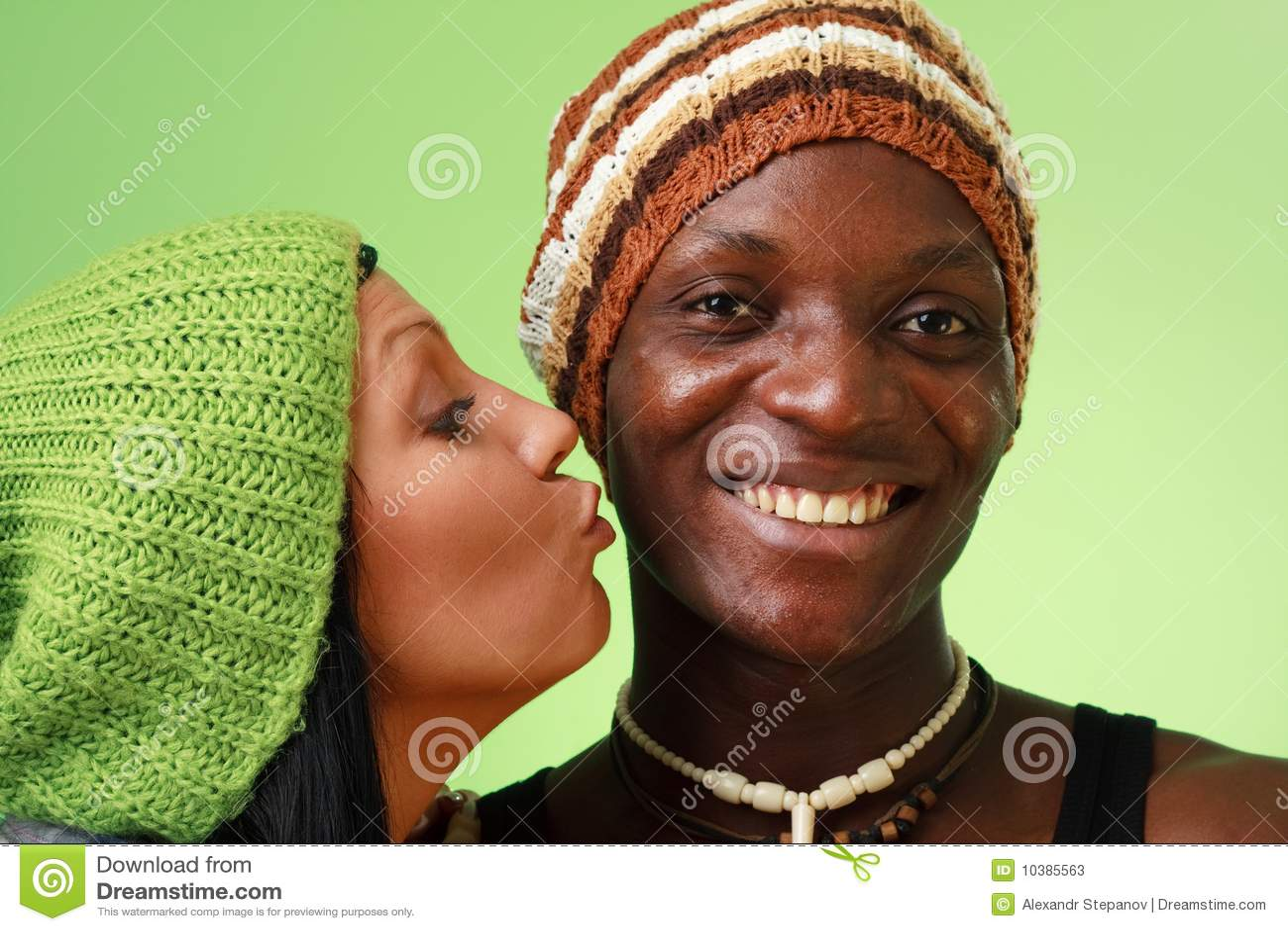Weiße Frauen, die schwarze Männer datieren