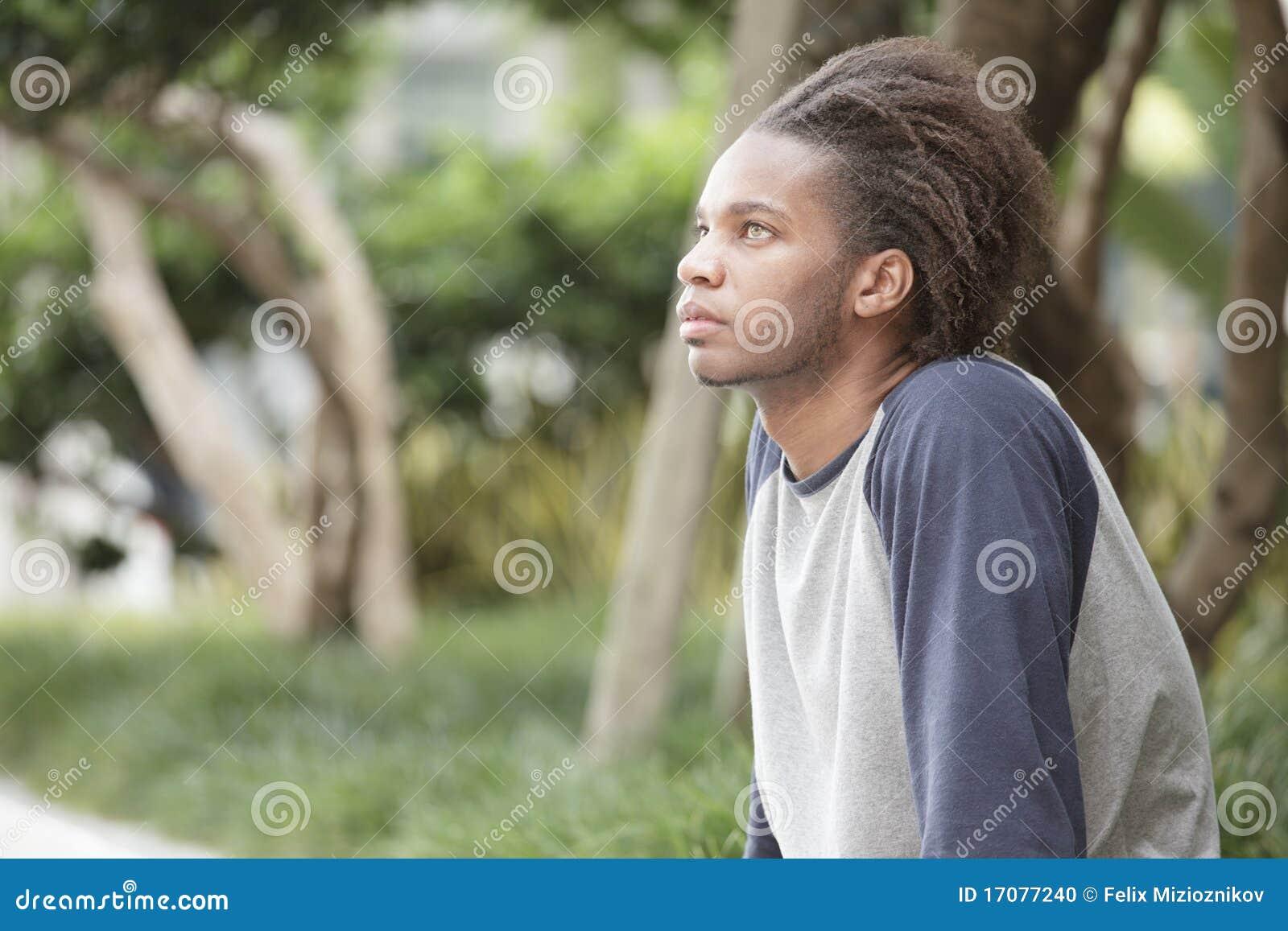 Schwarzer Mann im Park