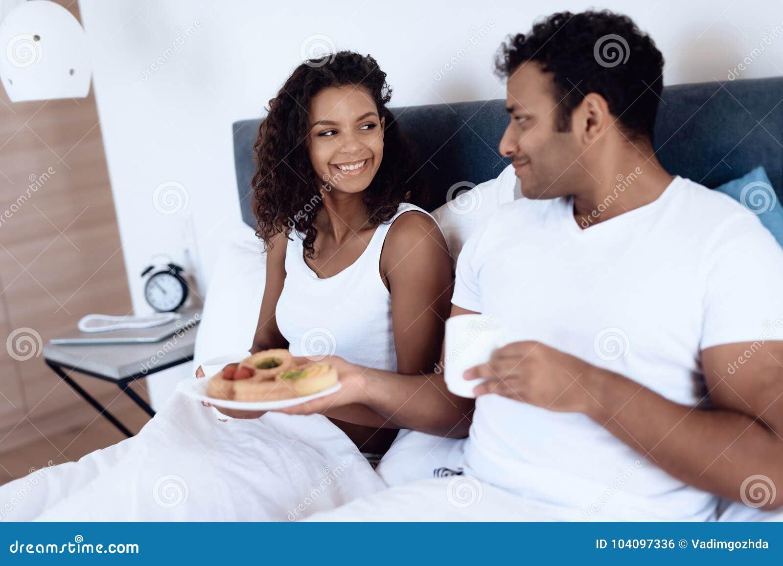 Schwarze Männer, die schwarze Frauen essen