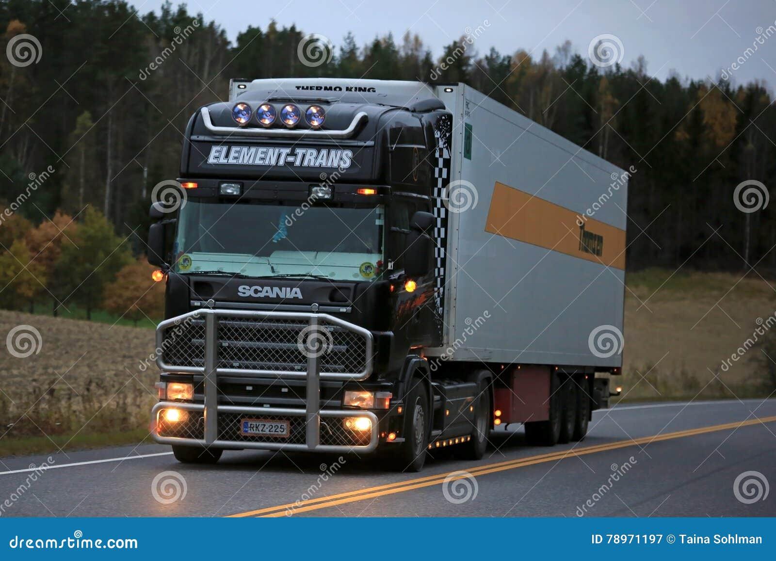 Schwarzer Scania-Kühlschrank-LKW Auf Der Straße Nachts ...