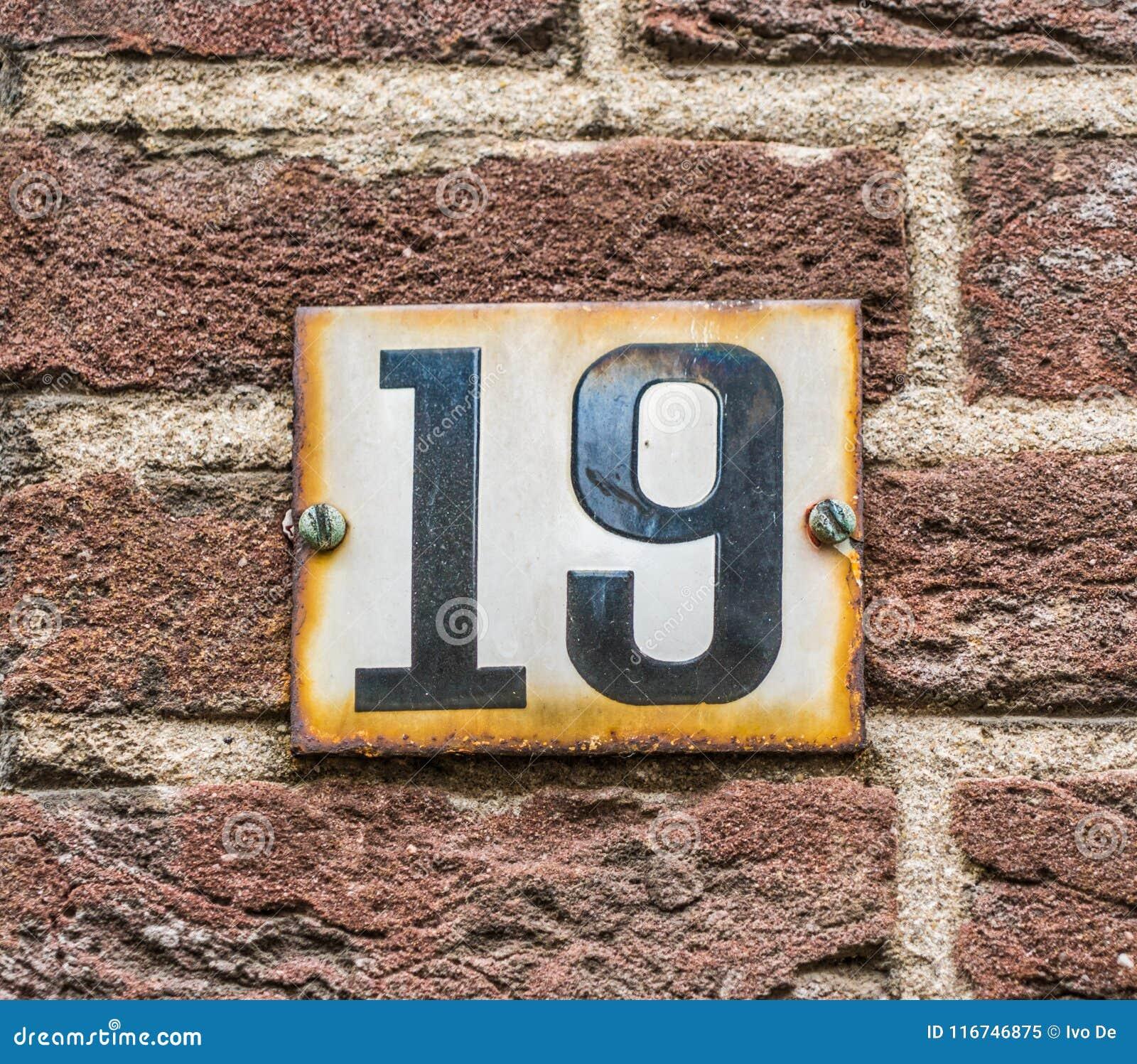 Schwarzes der Hausnummer 19 auf Weiß