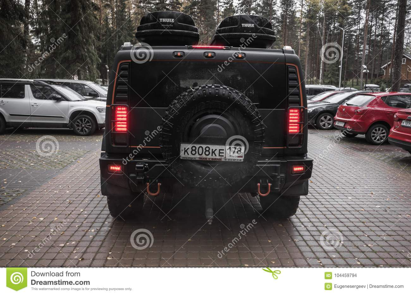 Schwarzes Hummer H13 Steht Auf Parken, Hintere Ansicht ... | h2 hummers