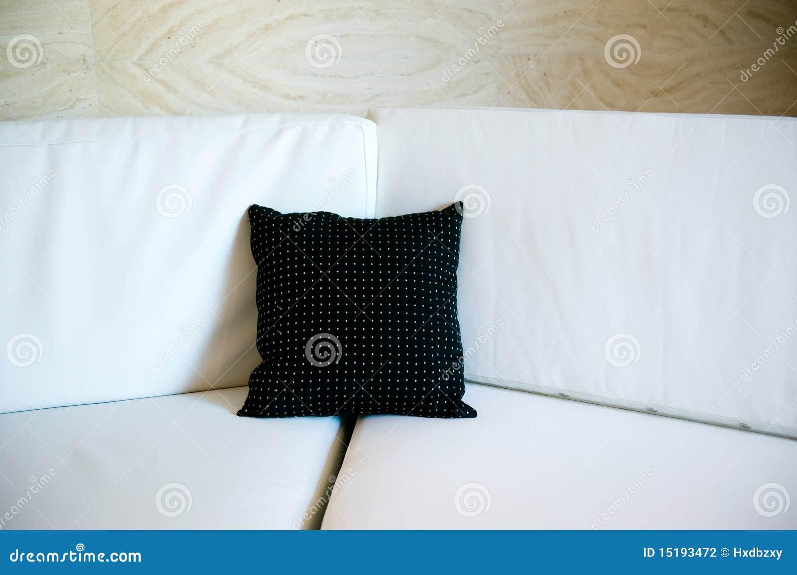 schwarzes kissen auf einem sofa stockfoto bild von lebensstil kissen 15193472. Black Bedroom Furniture Sets. Home Design Ideas