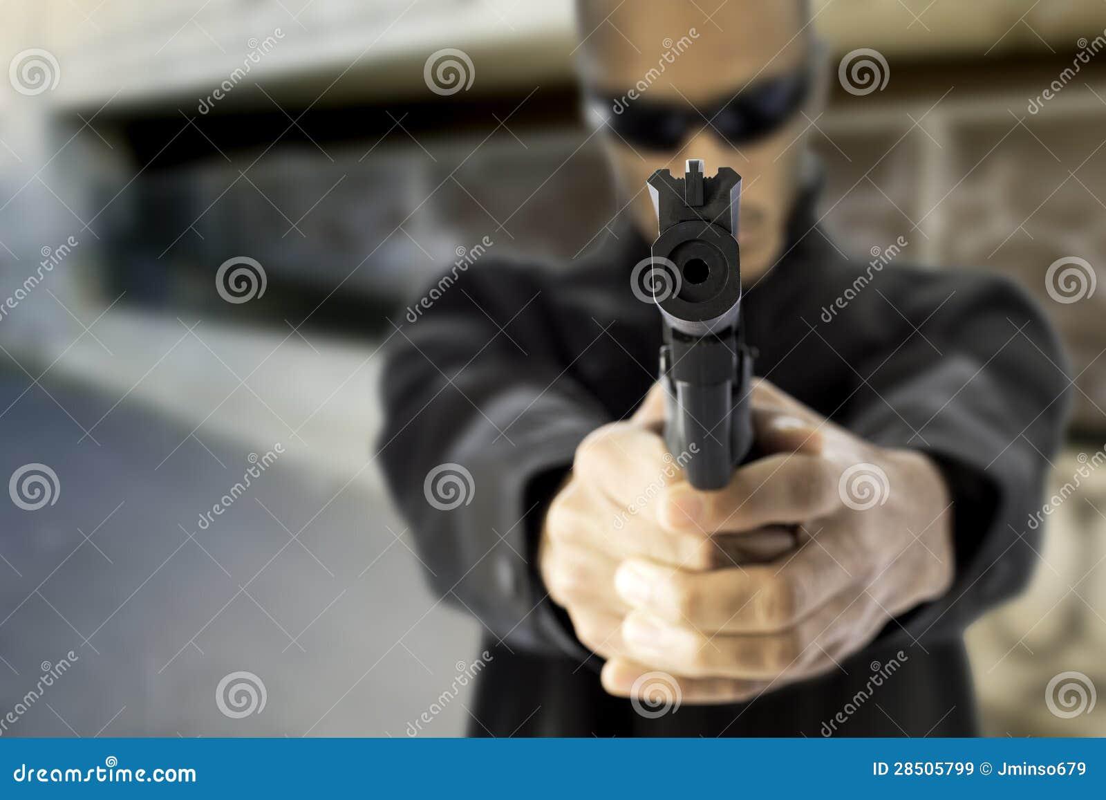 Schwarzes männliches Zeigegewehr am Zuschauer