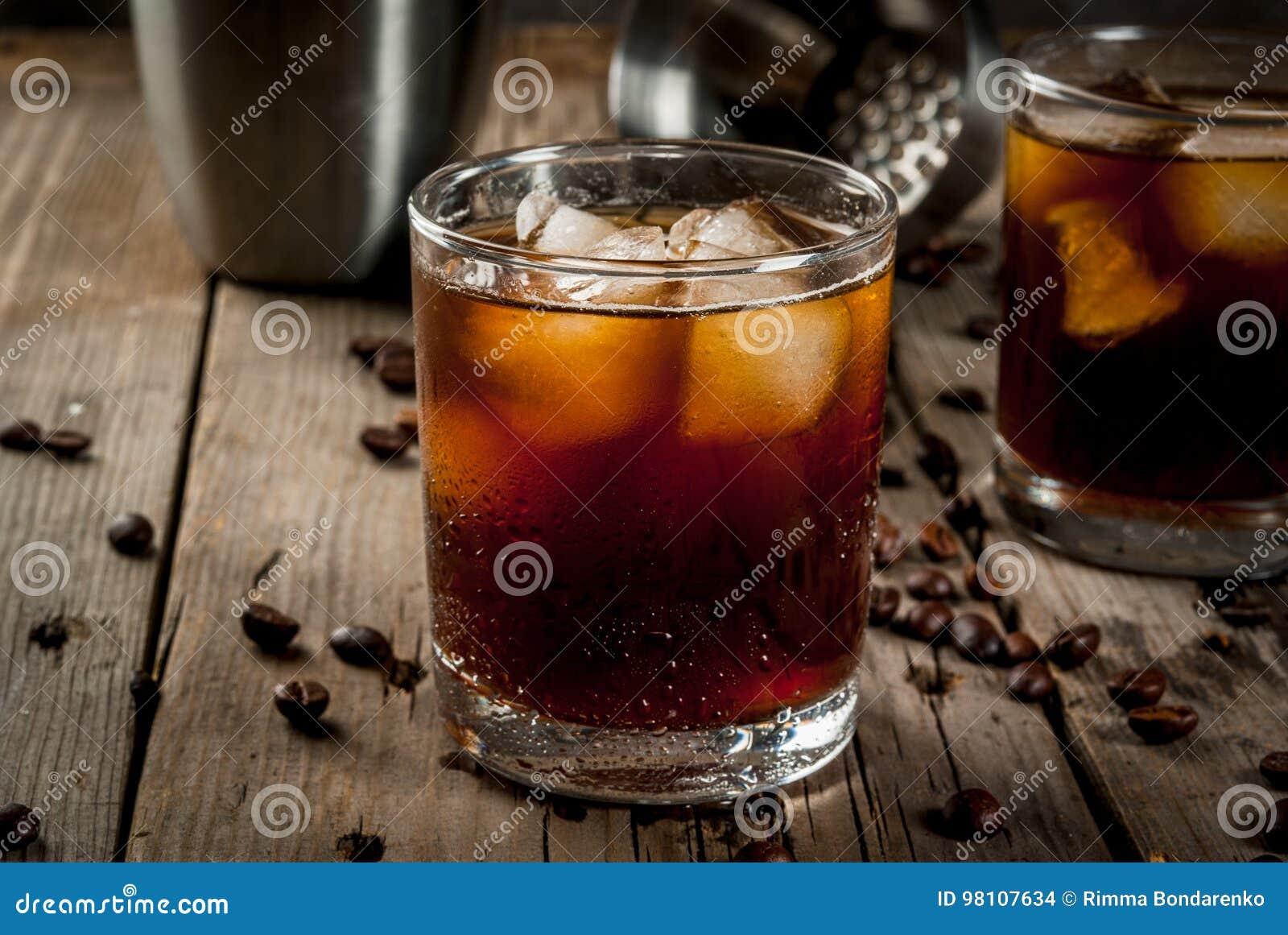 Schwarzes Russisches Cocktail Mit Wodka- Und Kaffeealkohol Stockfoto ...