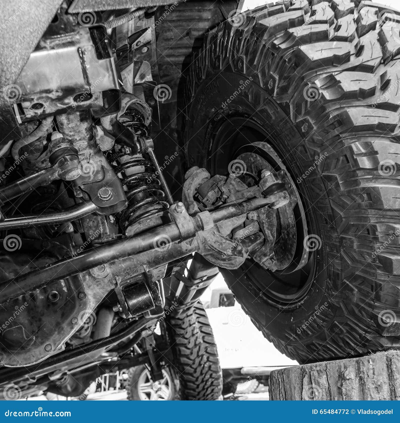 Schwarzweiss-Ansicht von unterhalb eines Autos Großaufnahme eines Autos
