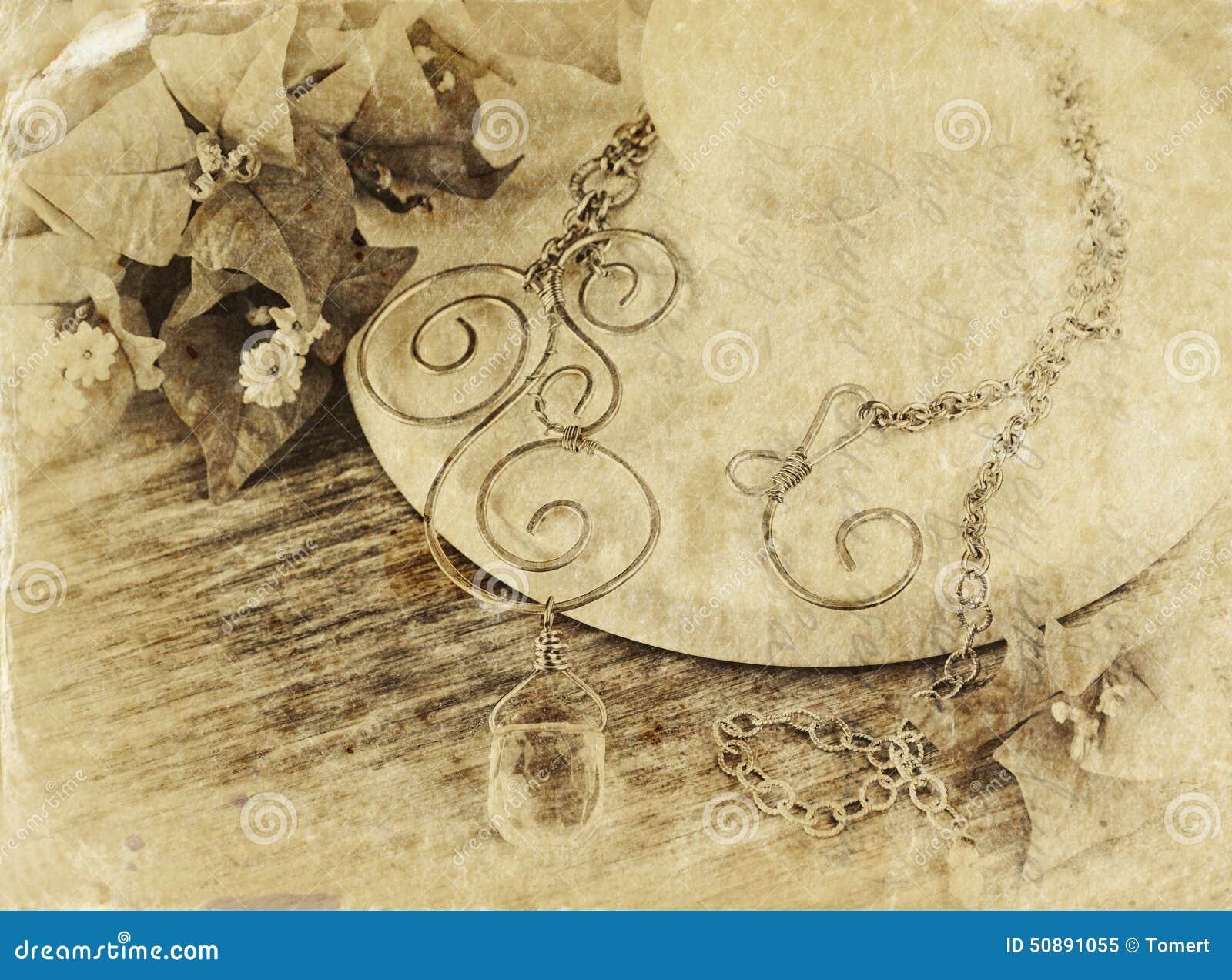 Schwarzweiss-Foto der antiken Weinlesehalskette auf Holztisch