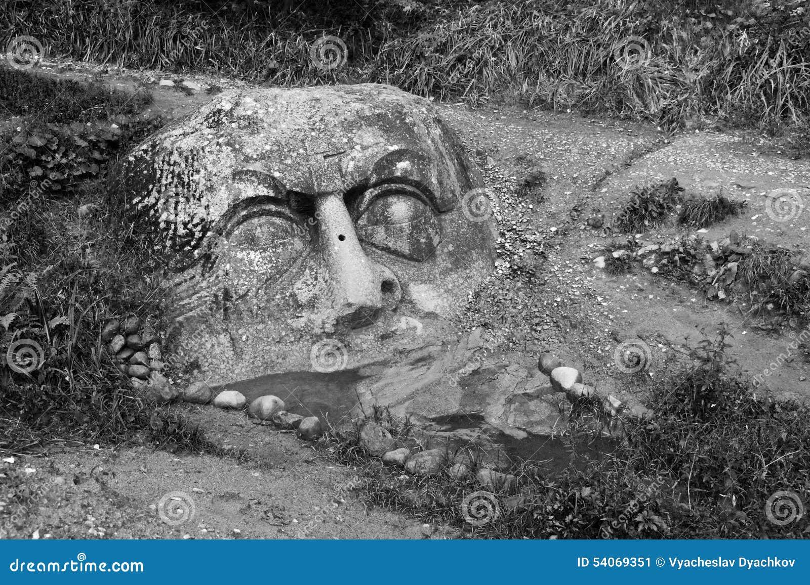 Schwarzweiss fotografie von große verfallene steinköpfe (gesichter ...
