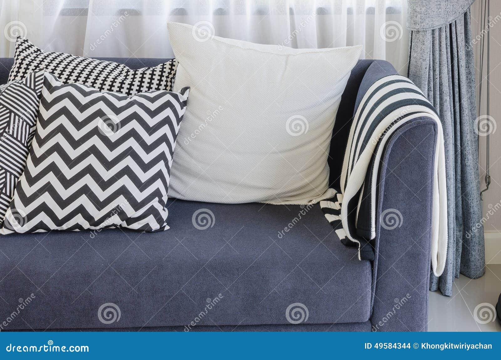 Schwarzweiss Kissen Auf Blauem Sofa Im Wohnzimmer Stockfoto
