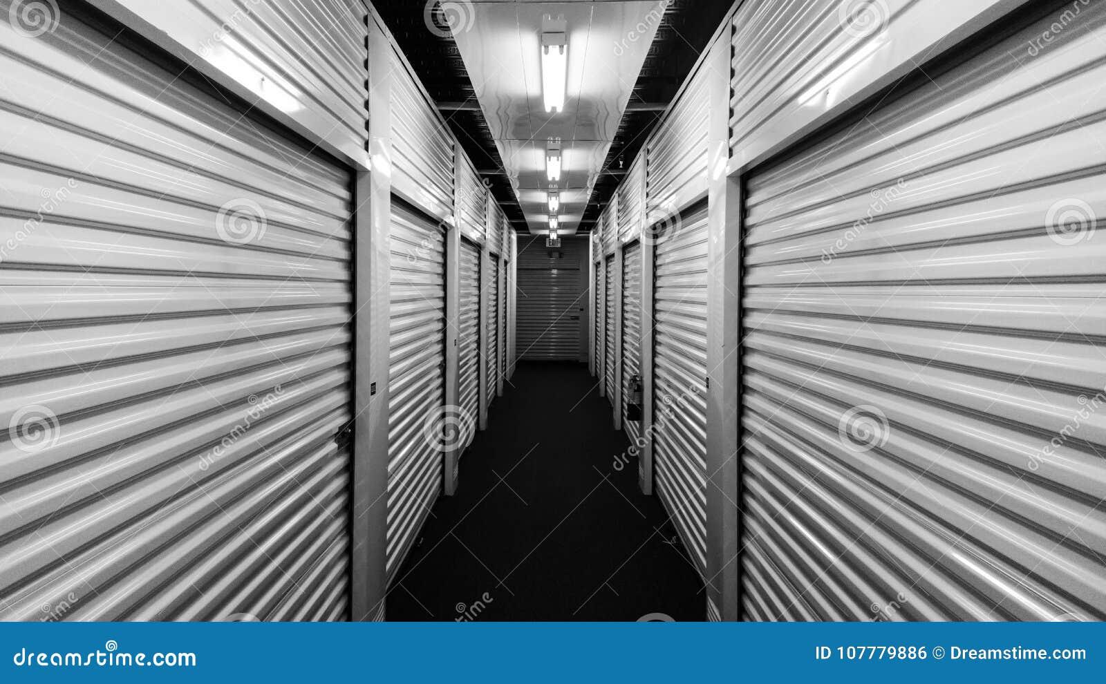 Schwarzweiss-Metallselbstspeichereinheitstüren auf jeder Seite einer Halle
