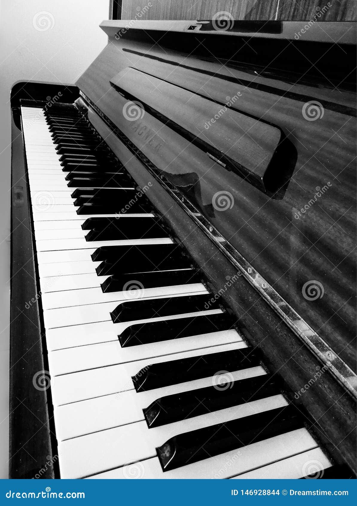 Schwarzweiss-Perspektive eines Klaviers in der schönen Zusammensetzung