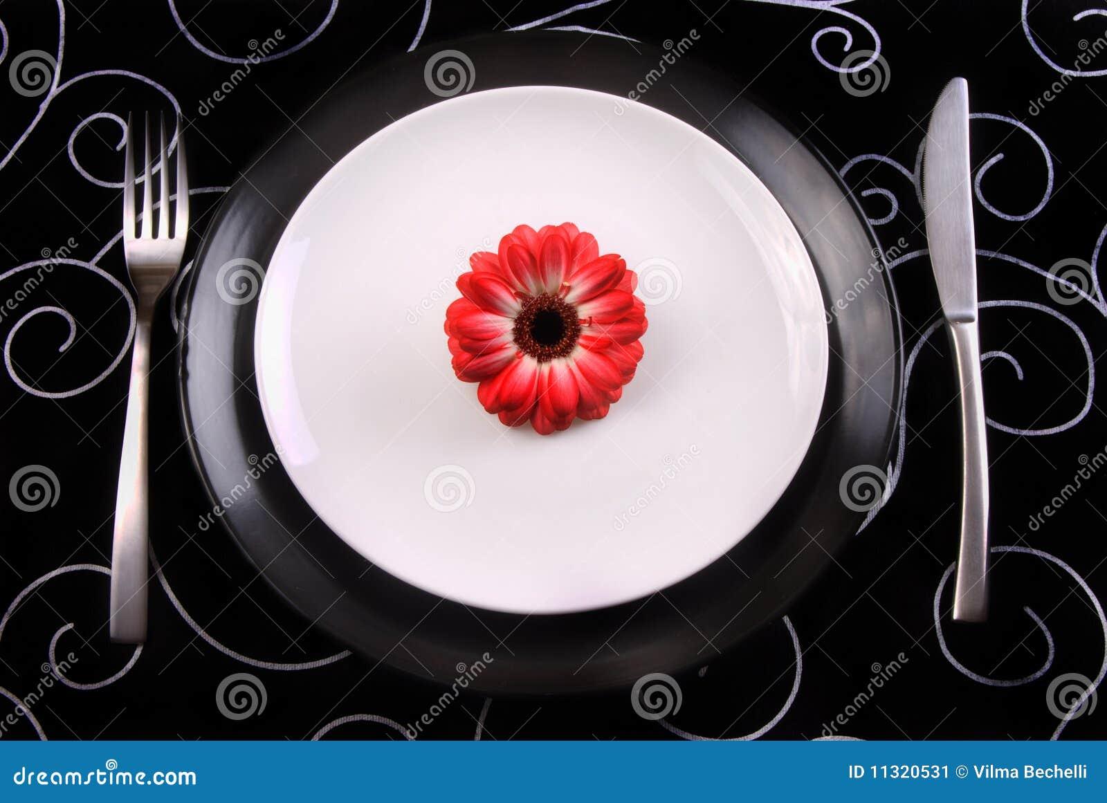 Schwarzweiss-Platten mit Gabel und Messer