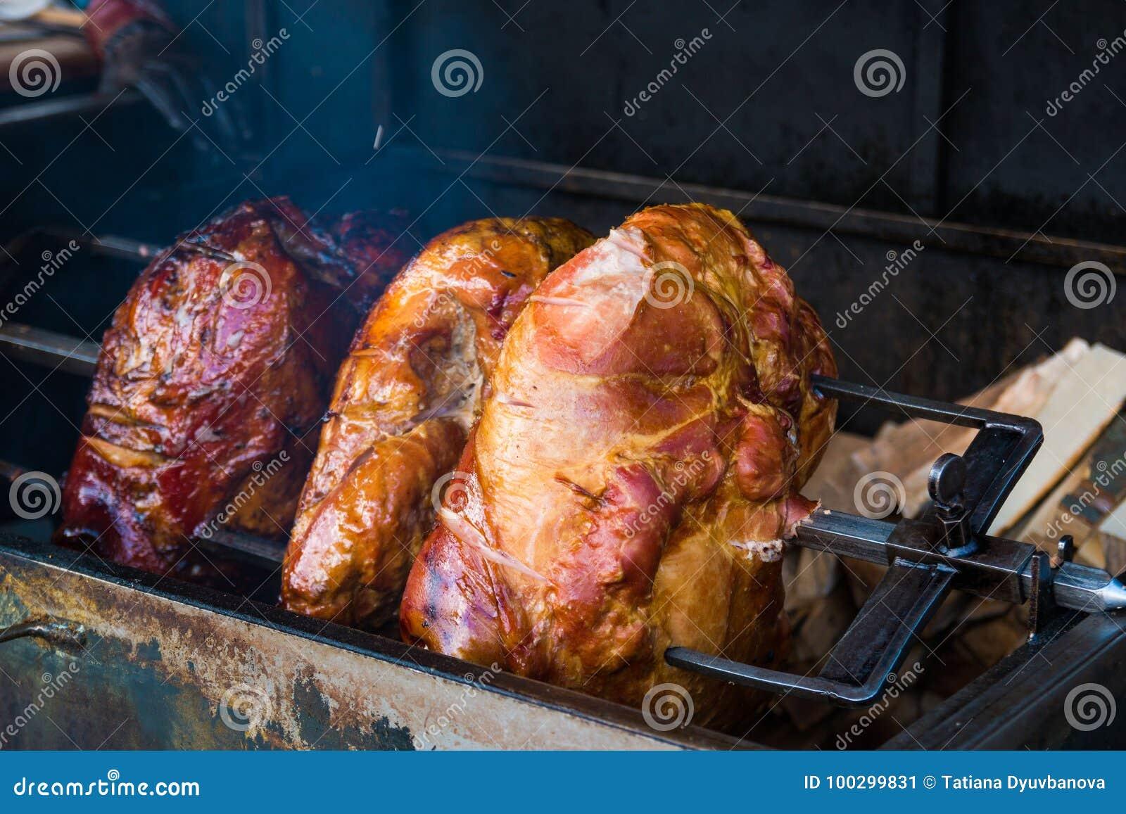 Schweinefleischschinkenfleisch wird auf dem offenen Feuer auf Straße von Prag, Tschechische Republik gebraten