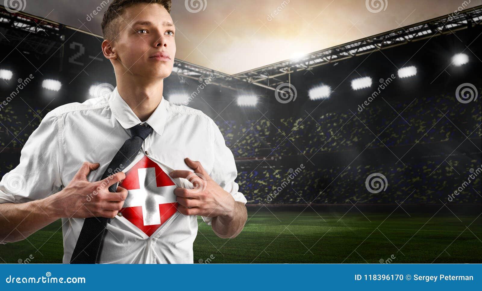 Schweiz-Fußball- oder -fußballanhänger, der Flagge zeigt