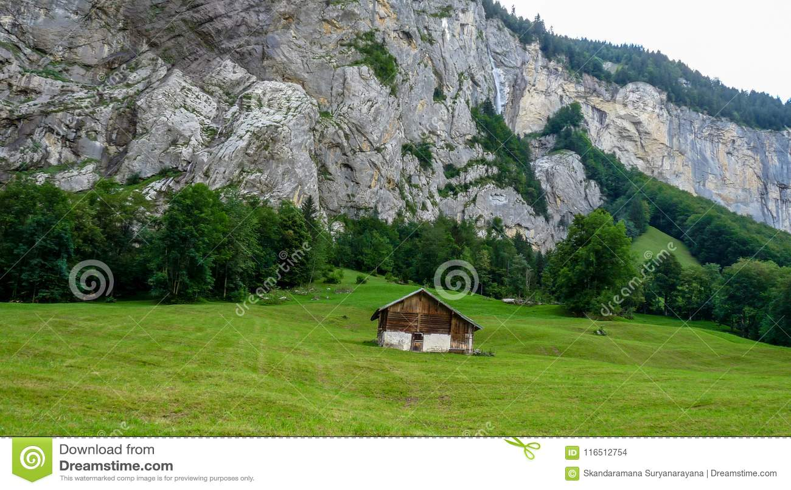 Schweiz Lauterbrunnen, BYGGD STRUKTUR PÅ FÄLT MOT MOU