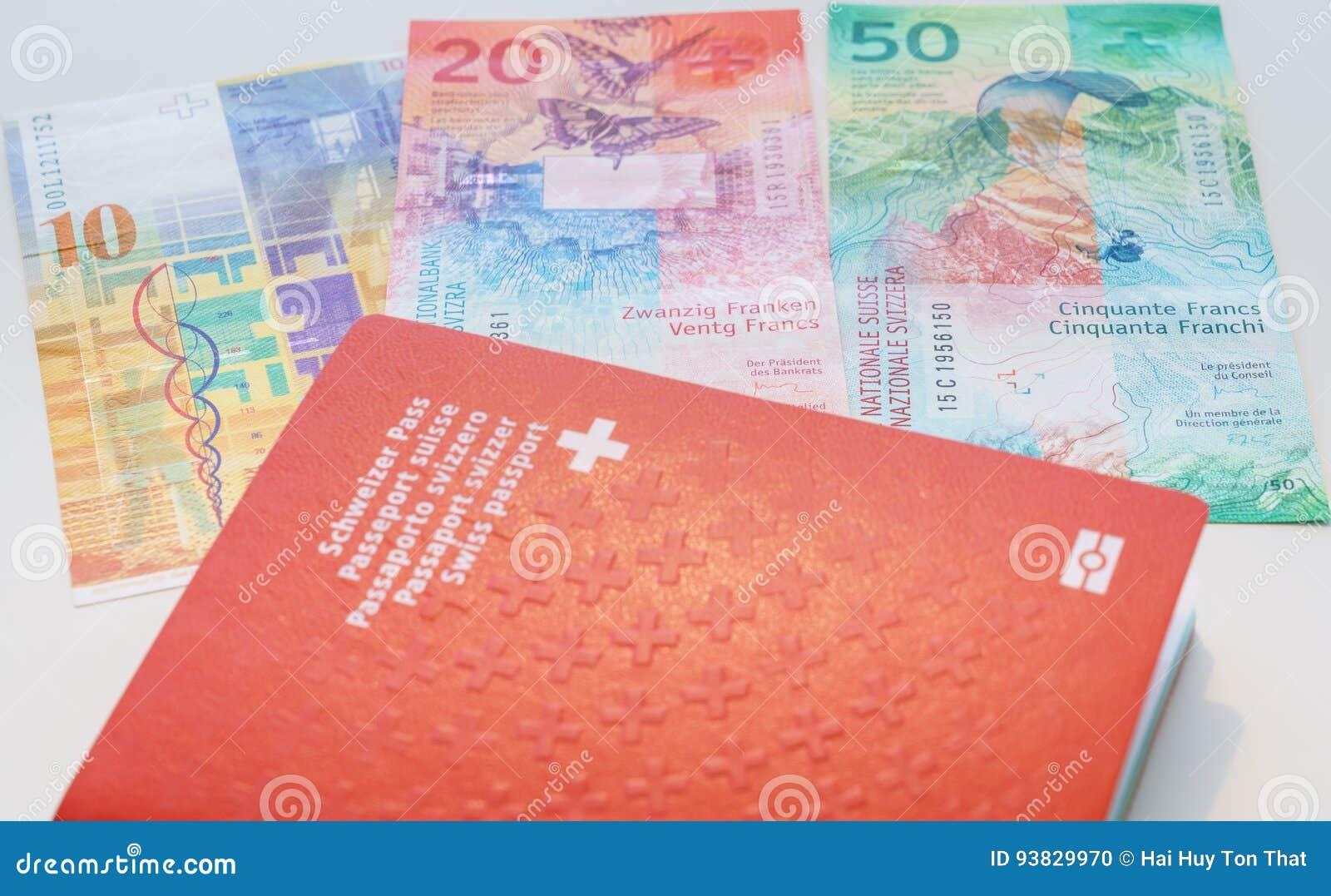 Schweiziskt pass och schweizisk franc med nya 20 och 50 schweizisk franc räkningar