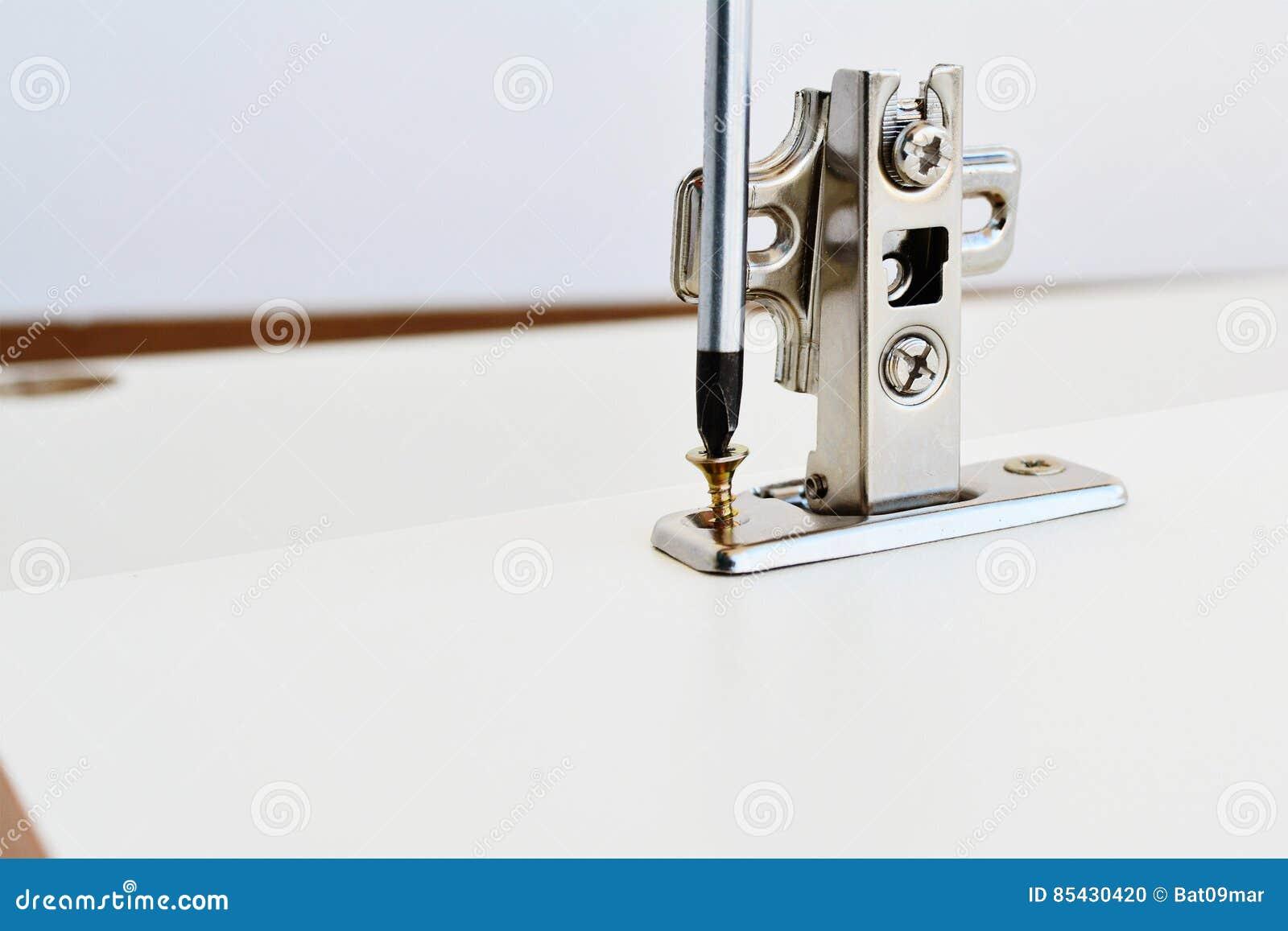 Schwenkachse Kompl. Auf Küchenschranktür Stockfoto - Bild von chrom ...