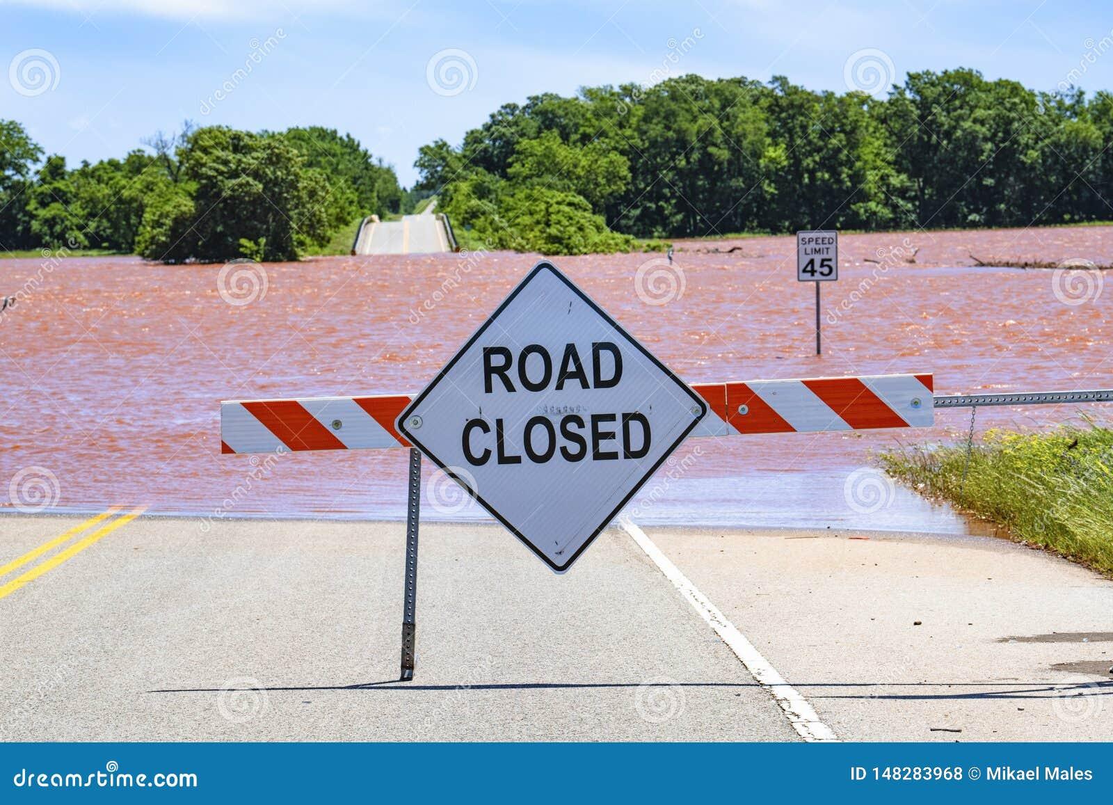 Schwere Überschwemmung in Oklahoma mit geschlossenem Zeichen der Straße