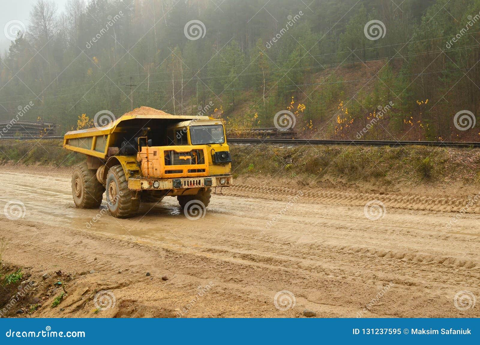 Schwerer großer Steinbruchkipplaster Große Räder Die Arbeit von Baugeräten in der Minenindustrie Nützliche Mineralien der Produkt