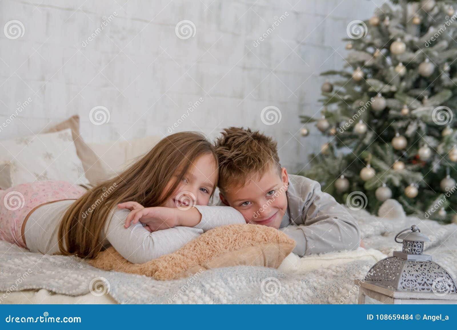 Schwester Und Bruder Teilen Bett