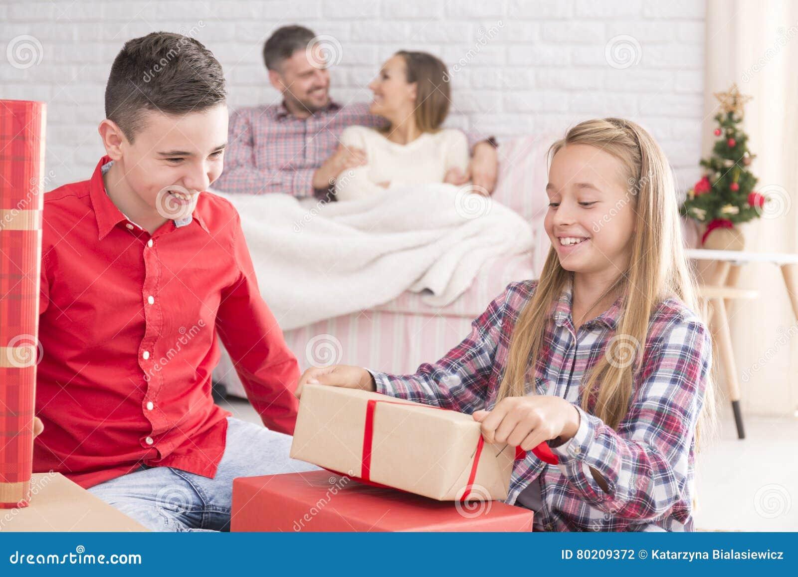 Schwester Und Bruder, Die Geschenke Auspacken Stockfoto - Bild von ...