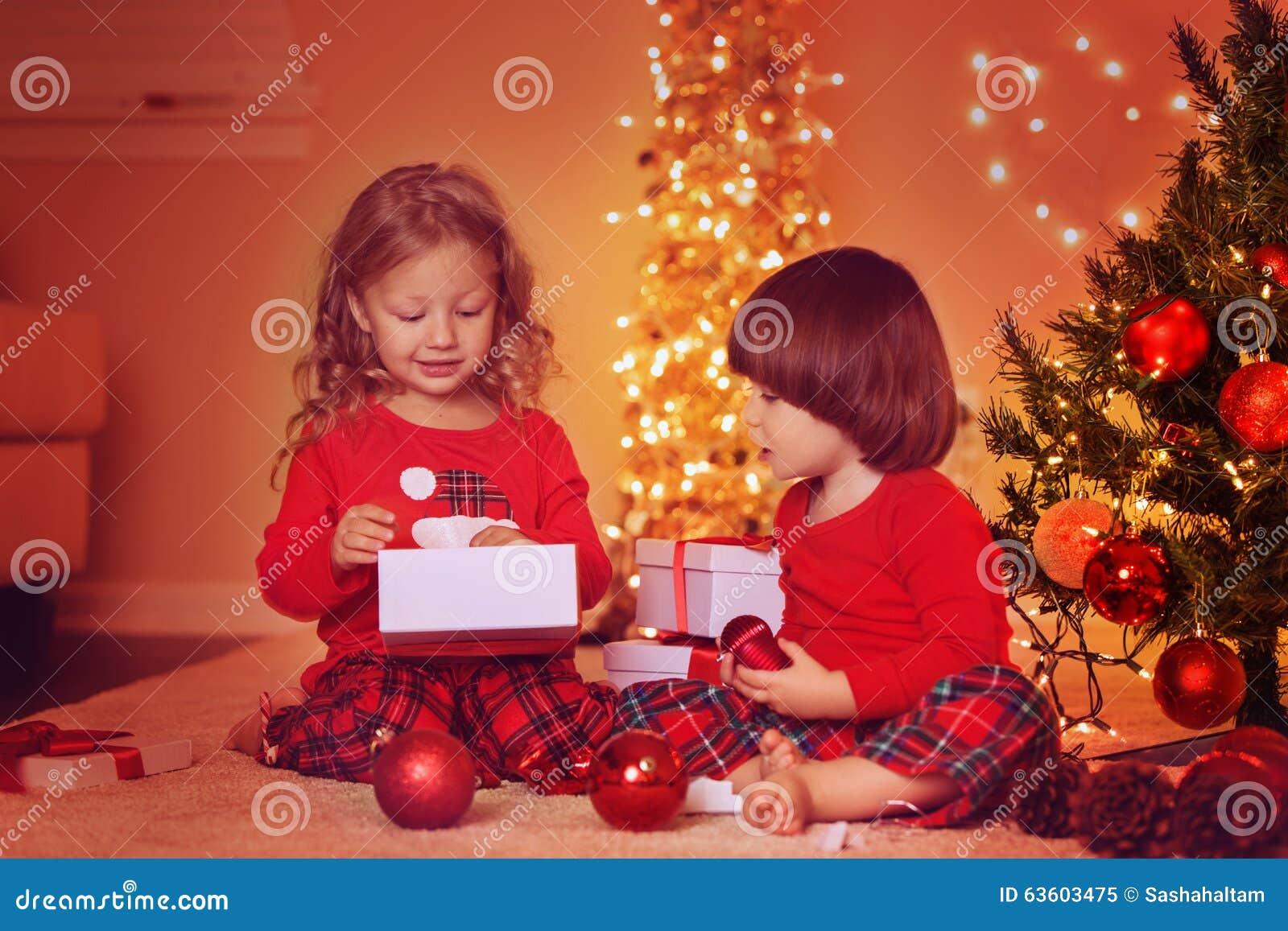 Schwester Und Bruder, Die Weihnachtsgeschenke Auspacken Stockbild ...