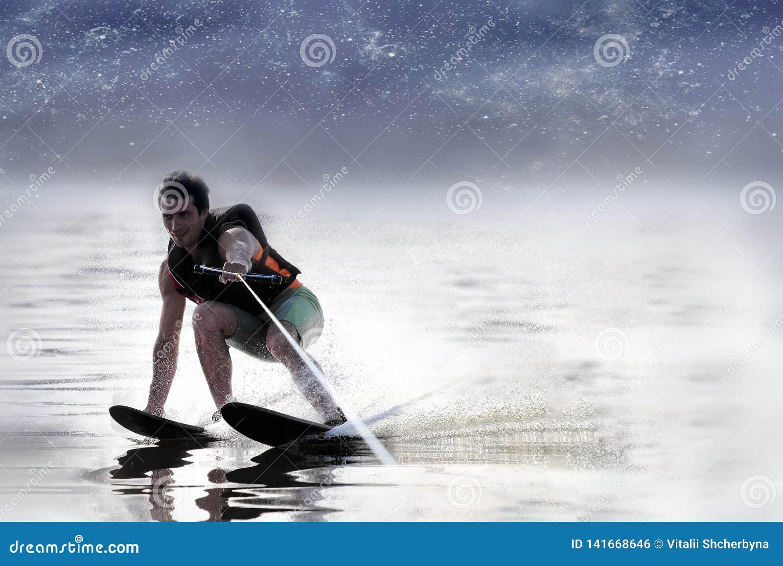 Sci nautici di guida dell uomo del primo piano sul lago di estate al giorno soleggiato Sport attivo dell acqua Spazio per testo